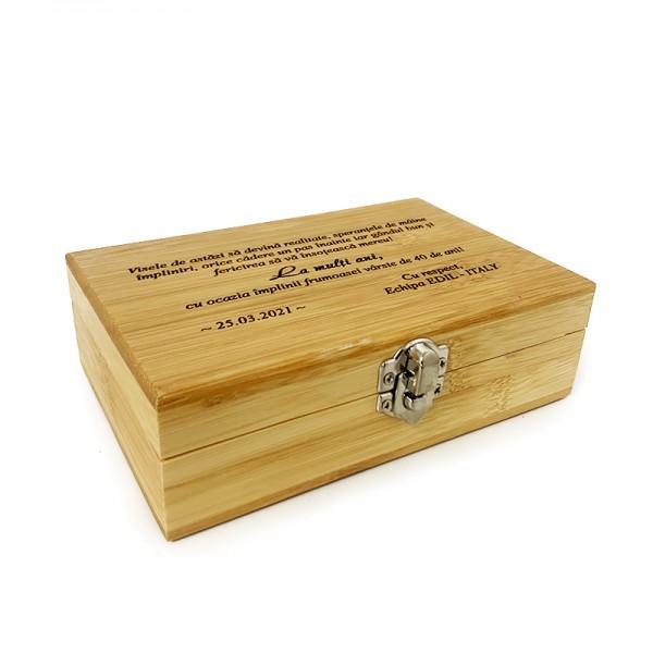 Accesorii vin in cutie din lemn personalizata